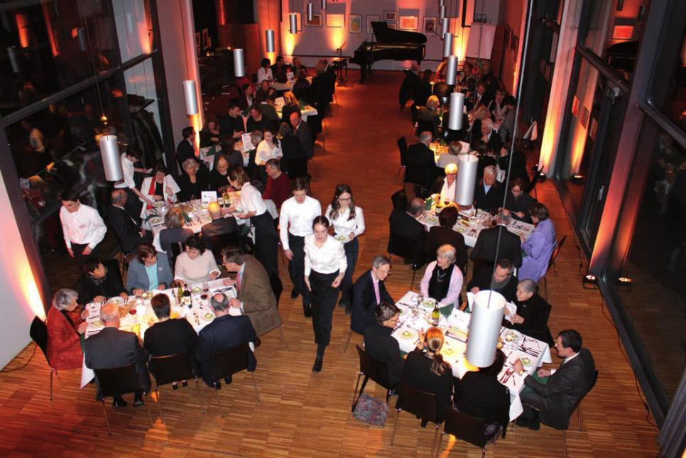 Großes Dinner im Blankeneser Gemeindesaal mit 80 Teilnehmern