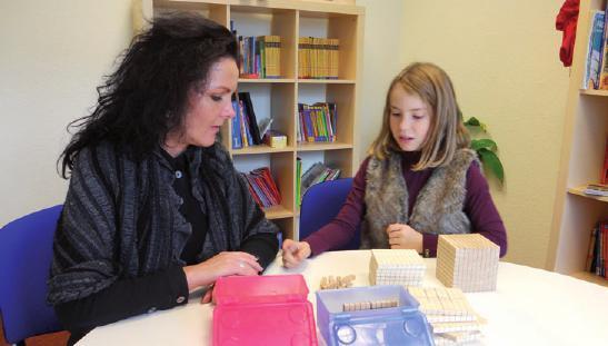 Sylke Kinne-Resech vom Duden Institut für Lerntherapie mit einer Schülerin