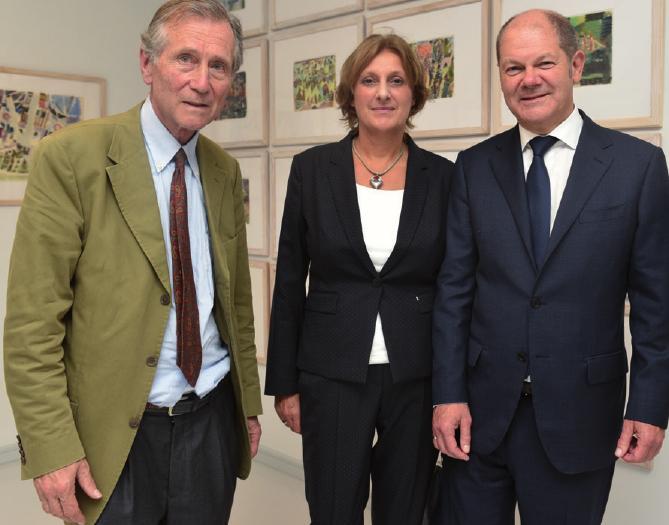 Dirk Justus, Nachlassverwalter und Vorstand der Stiftung Bargheer Museum, mit Bürgermeister Olaf Scholz und Ehefrau Britta Ernst am Eröffnungsabend im Jenischpark