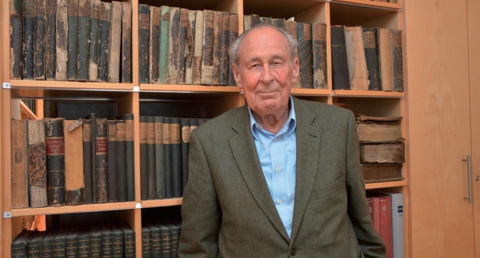 In Dr. Helmut Junges Büro befinden sich zahlreiche alte Gesetzesbücher und Lexika