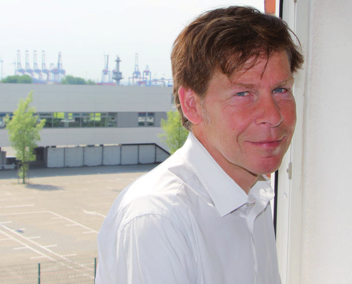 Gunnar Gellersen vor Cruise TerminalAltona und Elbe