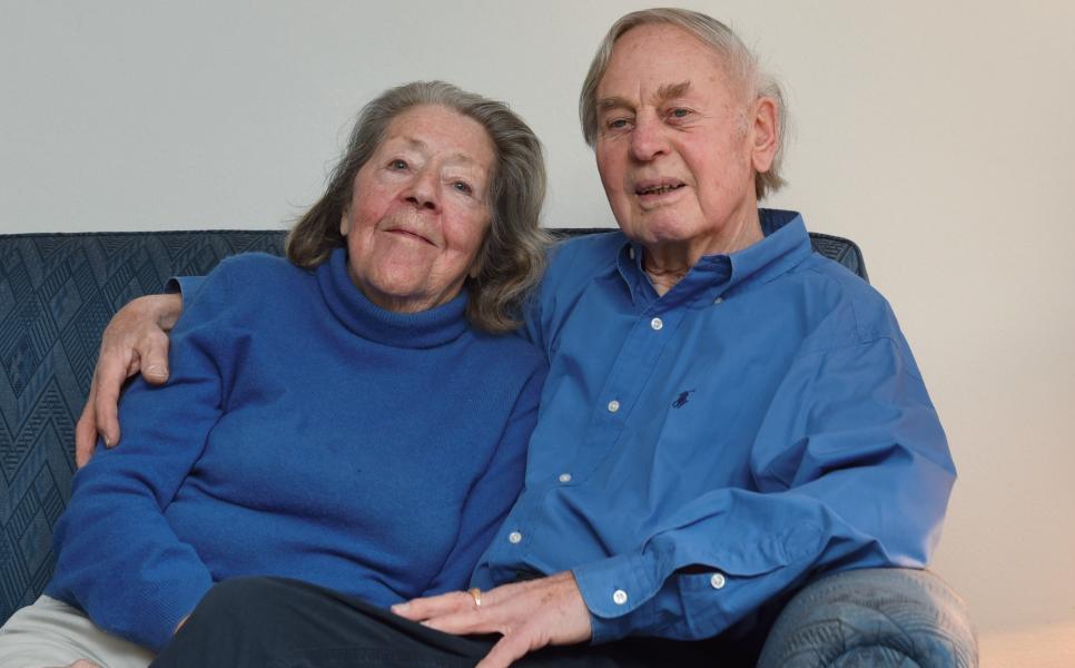 Das Ehepaar Hermann und Astrid Meiners in ihrem Rissener Haus. Er war Lotse, sie ist Mutter von drei Kindern, Tochter eines Blankeneser Lotsen.