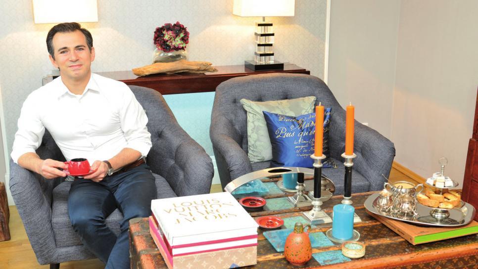 Fabiano Da Cunha Miguel in seinem Wohnzimmer. Als Tisch dient ihm ein Louis-Vuitton-Schrankkoffer. Sein Ehemann hat sein Wohnzimmer eher sachlich eingerichtet.
