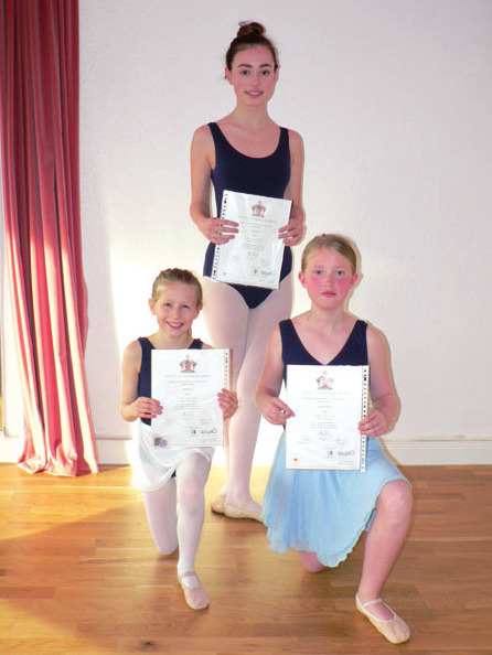 Schülerinnen des Ballettstudios Blankenese und vom MSH Wedel absolvierten erfolgreich die Graded Examinations der Royal Academy of Dance London. Vordere Reihe von links: Emma Schenk, Luna Reese. Hintere Reihe: Zoe Böckler