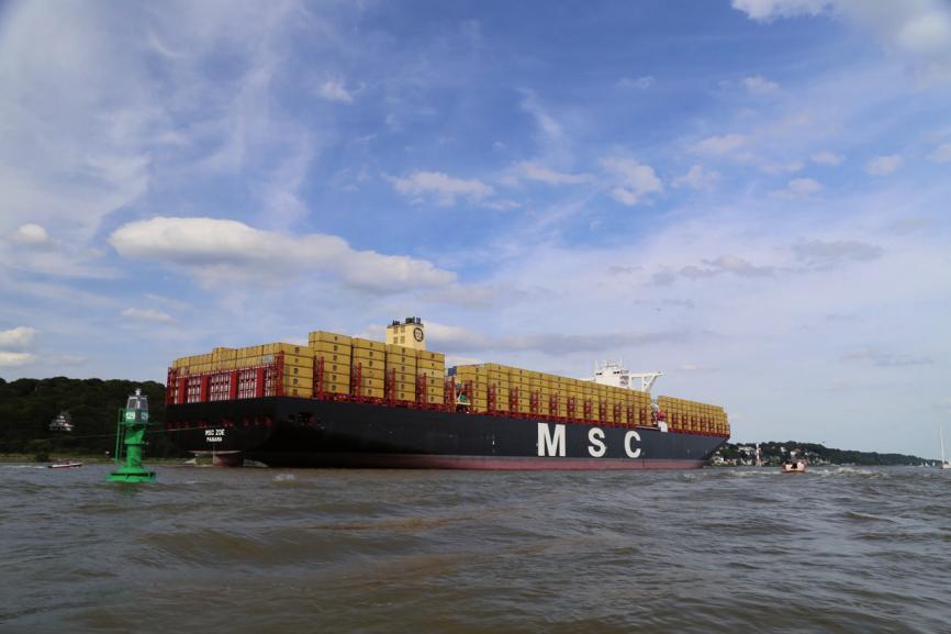 """Auch die weltgrößten Containerschiffe sollen den Hamburger Hafen anlaufen. Hier die rund 400 Meter lange """"MSC Zoe"""". Auf der Flutwelle schwimmend soll ein Tiefgang von 14,50 Meter möglich sein"""