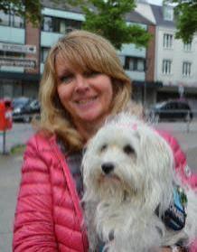 """Gabi Bialas, 54, Halstenbek, mit ihrem Havaneser Lilly: """"Wir haben uns einen Hund geholt, weil unsere Tochter sich einen gewünscht hatte. Es ist unser erster Hund und wir hätten gar nicht gedacht, wie sehr er zu einem Familienmitglied werden würde. Wir waren positiv überrascht."""""""