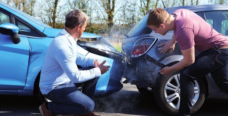 Rufen Sie bei einem Unfall besser einen unabhängigen Sachverständigen, wie Herrn Weisser (links im Bild). FOTO: ©STOCKBROKER-123RF