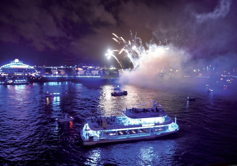 """Die monegassische Reederei Silversea feierte ihre Premiere bei den Cruise Days mit einem Feuerwerk. Gestartet wurde es von der """"Silver Wind"""", die an den Landungsbrücken ferstgemacht hatte."""