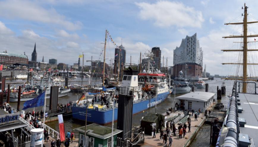 Volle Schiffe, volle Gäste an den Landungsbrücken