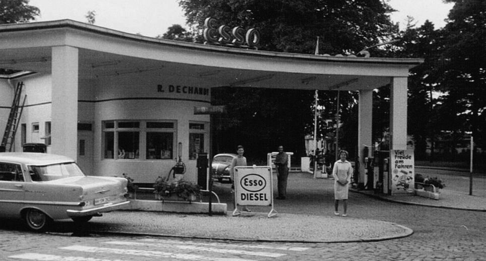 In den 60er Jahren war die Esso-Tankstelle wesentlich kleiner und stand auf der heutigen Rasenfläche, an der Ecke zur Kreuzung hin.