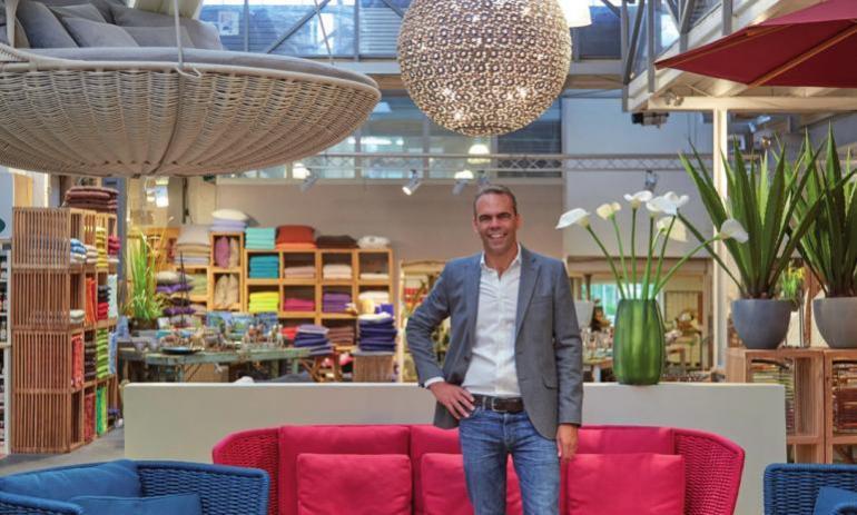 Inhaber Thies Gudewer präsentiert in seinem Showroom Möbel, Gartenbeleuchtung und vieles mehr.