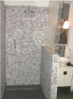 Barrierefreie Dusche mit Handbrause und Tellerbrausekopf