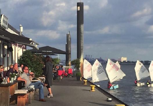 Entspannender Frühschoppen auf dem Ponton, begleitet von einer Optimisten-Regatta. Wie stimmig!