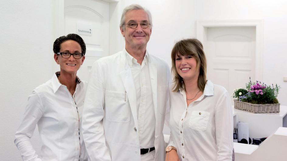 Sind ein eingespieltes Team: Dr. med. Andreas H. Pust (Mitte) mit seinen beiden medizinischen Fachangestellten Stephanie Lichtenfeld (links) und Manuela Siddique