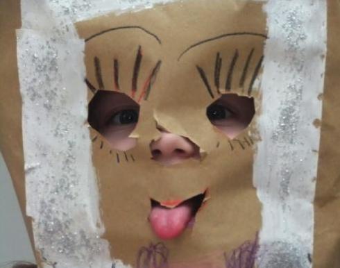 "Porträtfoto ""Farbmaus mit Tütenmaske"""