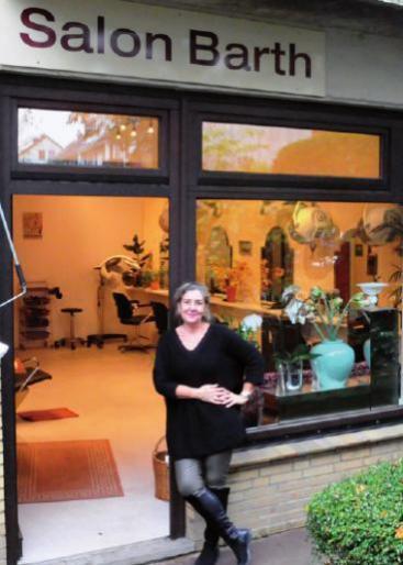 Friseurmeisterin Kathrin Barth vor ihrem Salon