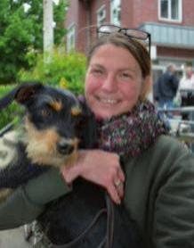 """Silke Witt, 48, Blankenese, mit ihrem Dackel-Terrier-Mischling Ella: """"Ich bin eher zufällig zu meinem Hund gekommen. Wir haben Ella als Pflegehund bekommen und dann behalten. Eigentlich wollten wir gar keinen eigenen Hund und nun ist sie der halbe Lebensmittelpunkt."""""""
