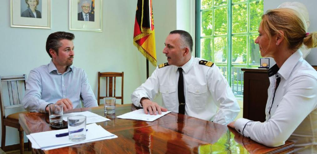 KLÖNSCHNACK-Redakteur Tim Holzhäuser, Konteradmiral Carsten Stawitzki mit der Leiterin für Kommunikation der FüAk Christiane Rodenbücher