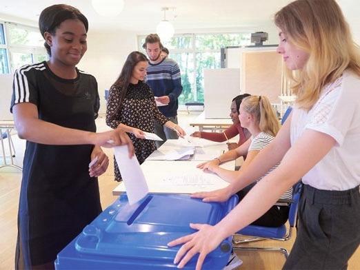 Ein echtes Abenteuer: Jugendliche leiten ein eigenes Wahllokal