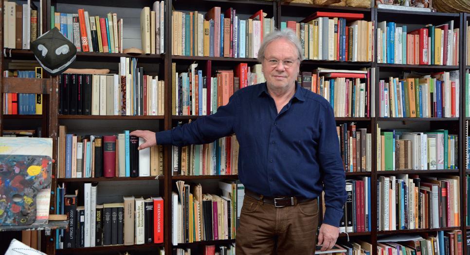 Das Bücherregal von Dr. Claus Deimel beherbergt neben Fachliteratur auch Andenken an Expeditionen