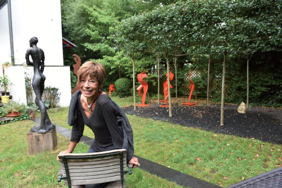 Gil Buchholz im Garten ihres Hauses in Othmarschen. Dabei ist sie umgeben von Kunst