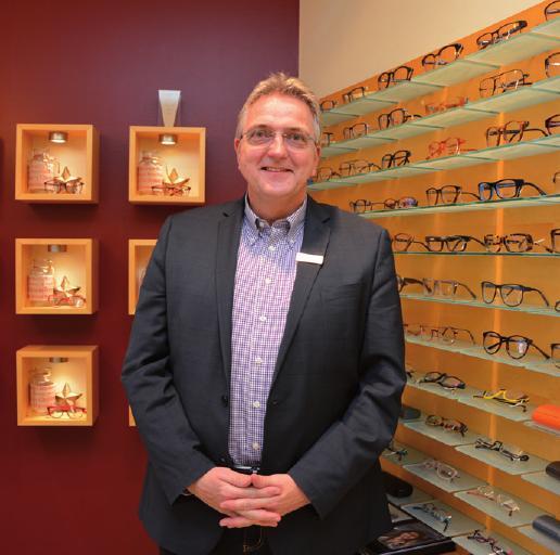 """Harald Jensen, Inhaber von """"Blickfang Augenoptik"""": """"Die Konkurrenz im Internet spüren wir ganz stark im Verkauf von Sonnenbrillen. Bei normalen Brillen weniger, da diese Service vor Ort benötigen, um die Brille richtig einzustellen. Ich wurde schon häufiger von Onlinehändlern wie Mr. Spexx angesprochen, ob ich Partneroptiker werden möchte. Das wollte ich aber nie, da ich für sehr wenig Geld meinen Service für asiatische Onlinebrillen zur Verfügung stellen sollte. Ich arbeite stattdessen lieber mit Brillen Butler zusammen. Dort kann ich online Brillenmodelle und -marken bestellen, die der Kunde dann bei mir im Laden erhält. Service inklusive."""""""