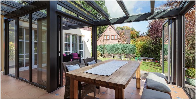 Wohnraum-Wintergarten mit Falttüren von Sonne RundumFOTO: ©SOLARLUX ALUMINIUM SYSTEME GMBH