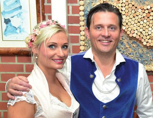 Dal Fabbro-Restaurantleiter Pawel Dohrn und Tina Hintze von Elbdirndl proben schon mal fürs Oktoberfest im Dal Fabbro