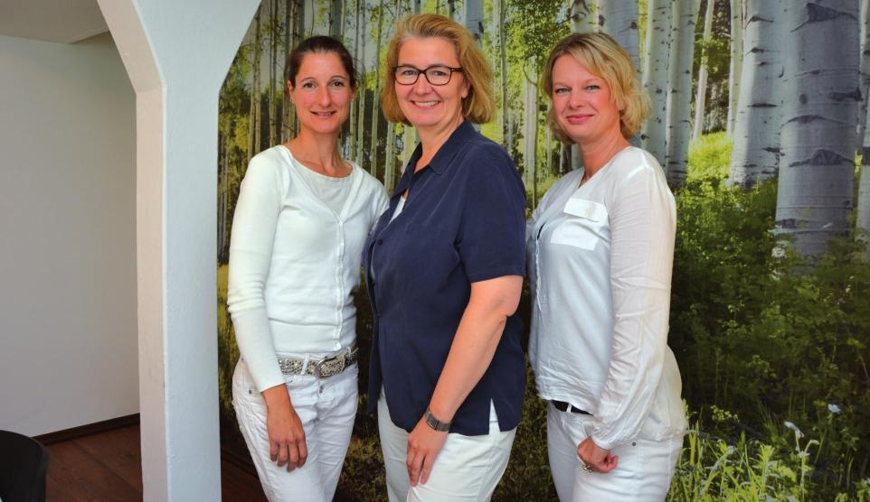 Dr. Bettina Jagemann und ihr Team empfangen Patienten in ihrer grünen Oase in Wedel