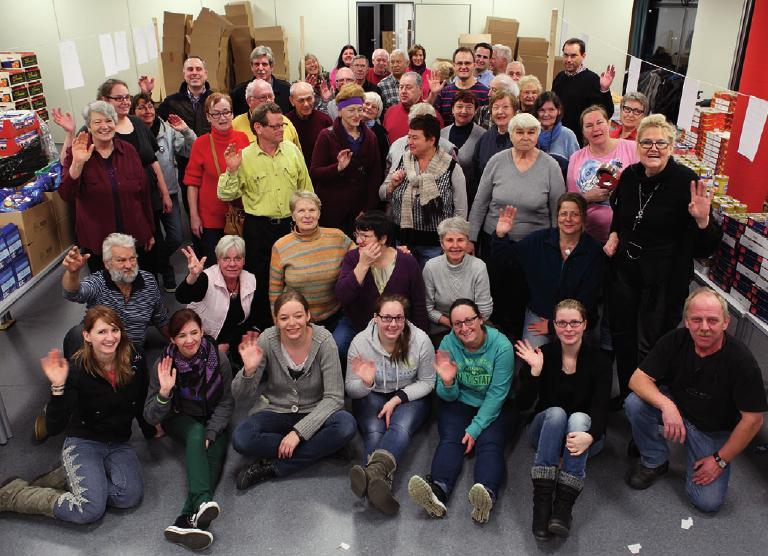 Das Team der Deutschen Hilfs gemeinschaft packt fleißig Pakete