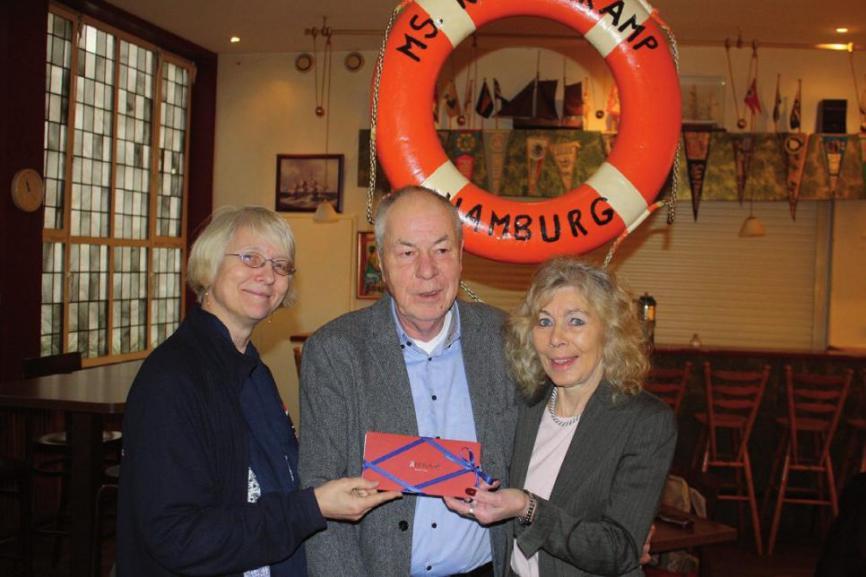Susanne Hergoss, Geschäftsführerin überreichte den Preis an das Ehepaar Hoger und Antje Stürzenbecher, FOTO: KRAYENKAMP MELDUNGEN