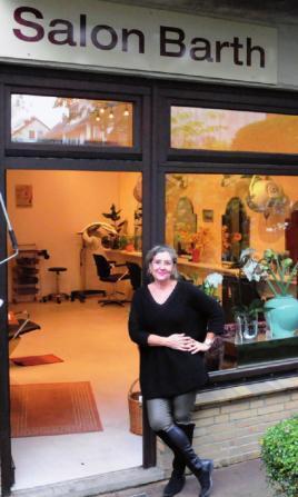 Kathrin Barth vor ihrem Salon