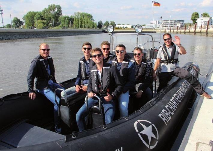 Konstantin Voelzke (Mitte vorn) ging mit seinen Freunden an Bord des Speedboats von Stephan Preuß (rechts)