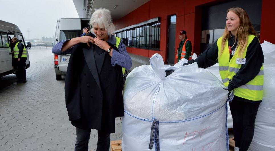 """Die """"Big Bags"""" enthalten zahlreiche Sachspenden aus verschiedenen Bereichen des Inventars wie zum Beispiel Kleidung, Bettwäsche und Vorhänge"""