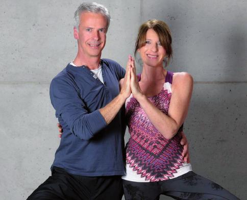 Die Yogalehrer Christian Mendt und Barbara Schröder