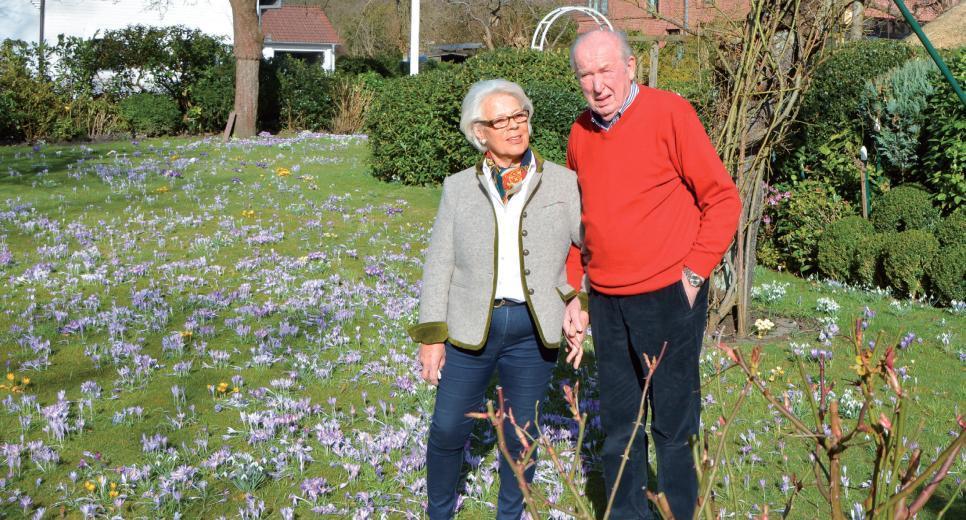 """Viele Passanten freuen sich mit """"den Ladiges"""" über die Blütenpracht"""