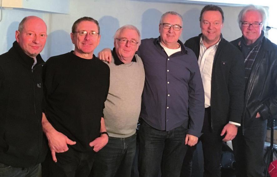 Manfred Vesper (3. von links) und die KLÖNSCHNACK ALLSTARs spielen am 30.11. zum adventlichen Bluesrockabend beim BSC auf dem Clubponton