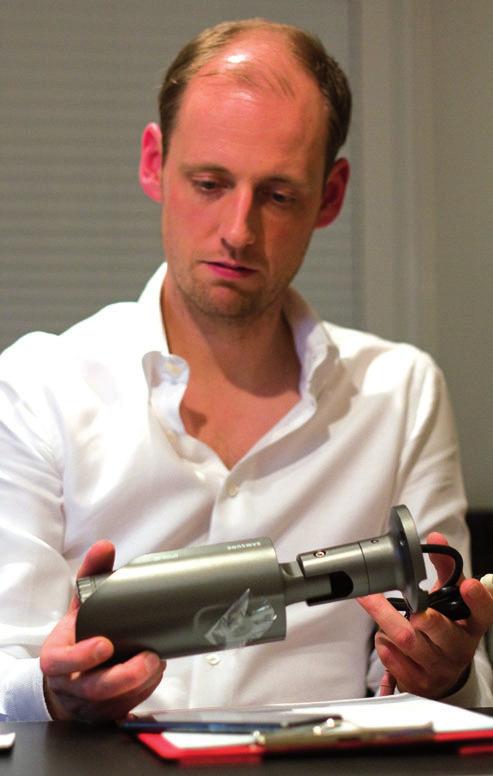 Jan-Christian Börner bei der Qualitätskontrolle einer Videokamera