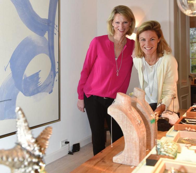 Schmuck-Designerin Sandra Böge (rechts) mit ihrer langjährigen Freundin Heidi Kronsbein in ihrem Blankeneser Haus