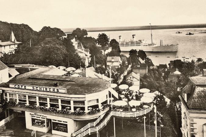 Das Café Schircks, gegründet in den 20er Jahren, lag an der Blankeneser Hauptstraße und bot mit seiner decksartigen Terrasse einen idyllischen Blick auf den Strom.