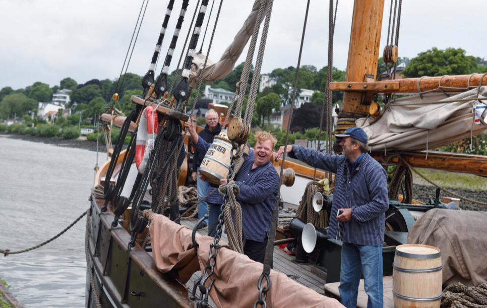 Im Juni kommt der Matjes. Hier wird er im Juni 2017 zünftig mit dem Schiff im Museumshafen Övelgönne angelandet.