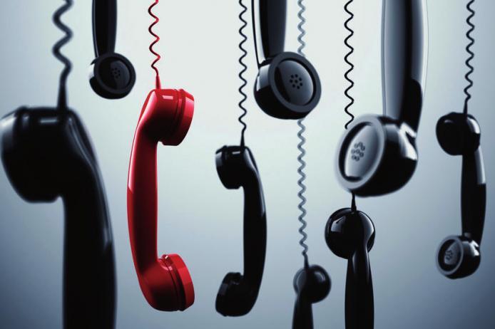 Wer in einer Hotline festhängt und nur mit renitenten Computern zu tun hat, kann zu einem Trick greifen: Brabbeln. Wenn der Computer nichts mehr versteht, vermutet er einen Menschen mit Sprachfehler und stellt zu einem Menschen durch. FOTO: ALPHASPIRIT_FOTOLIA.COM