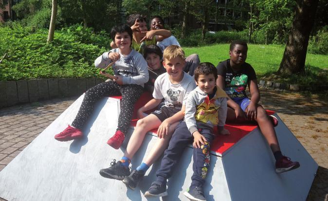 Kinder auf einer Sitzpyramide, die sie mitgebaut haben FOTO: NDR 90,3