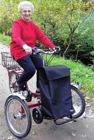 Margarete M. auf ihrem Dreirad