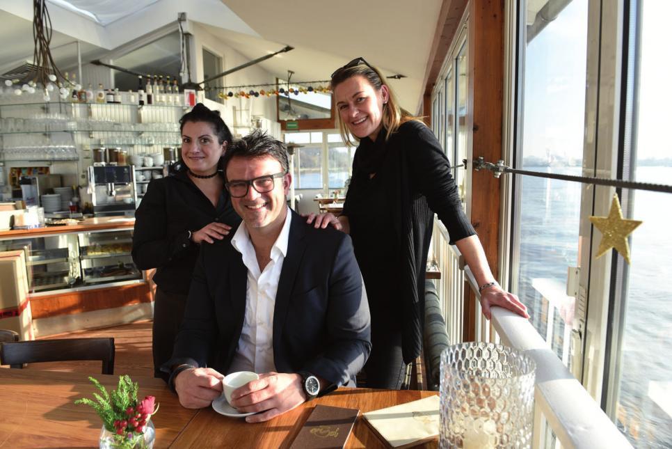 Tarik Rose mit Sevicemitarbeiterin Birgül Yildiz (links) und Restaurantleiterin Christine Reis