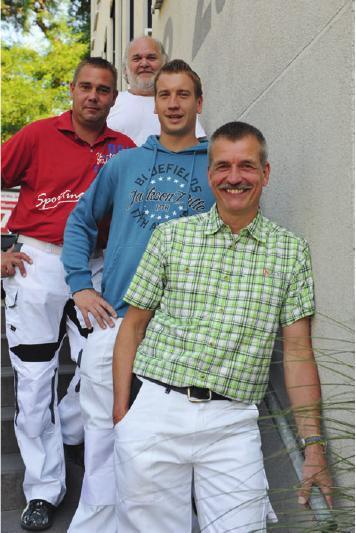 Malermeister Dieter Schulze(vorn) mit seinem Team