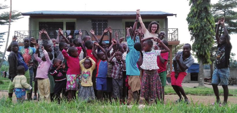 Noémie Bricard mit Kindern in Tansania