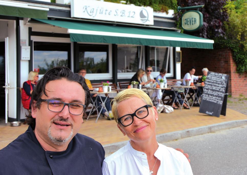 """Manuela Gehrmann mit Koch Boza. """"Bemerkenswert, was die winzige Küche hergibt,"""" betont die Chefin"""