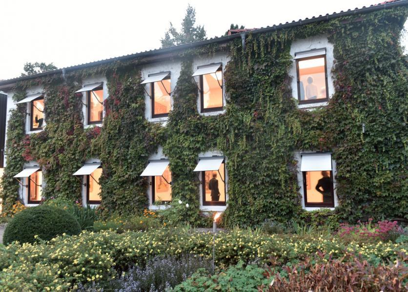 """Lange Jahre war im heutigen Bargheer-Museum im Jenischpark Altonas Gartenbauabteilung einquartiert. Jetzt wird die Eröffnungsausstellung """"Die Ankunft der Harmonie"""" präsentiert"""