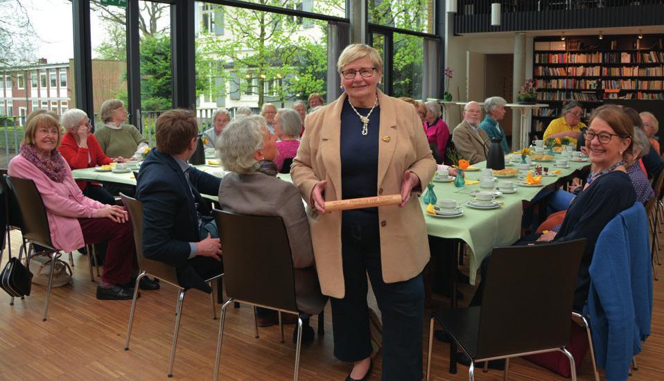 Bärbel Kolozei mit Gemeindemitgliedern beim mittwöchlichen Kaffee-Treffen